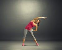 Donna di forma fisica sopra fondo scuro Fotografia Stock