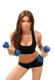 Donna di forma fisica sui dumbbells di allenamento di dieta Fotografie Stock Libere da Diritti
