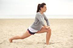 Donna di forma fisica sull'addestramento della spiaggia Fotografia Stock Libera da Diritti