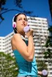 Donna di forma fisica sull'allenamento del braccio nel parco della città Fotografie Stock Libere da Diritti