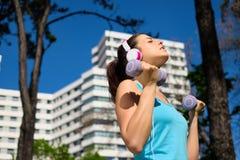 Donna di forma fisica sull'allenamento intenso del braccio di estate Fotografia Stock Libera da Diritti