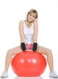 Donna di forma fisica sulla sfera dei pilates Immagine Stock Libera da Diritti