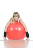 Donna di forma fisica sulla sfera dei pilates Fotografia Stock