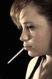 Donna di fumo Immagini Stock