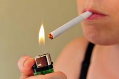 Donna di fumo Fotografie Stock Libere da Diritti