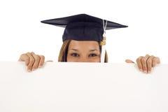 Donna di graduazione con una bandiera Immagini Stock