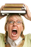 Donna di grido sotto la pila di libri sulla testa Fotografia Stock