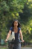 donna di guida della bicicletta Fotografia Stock