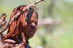 Donna di Himba con il telefono delle cellule Fotografia Stock