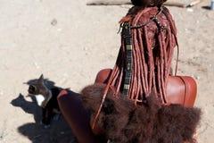 Donna di Himba con le decorazioni culturali tradizionali Fotografia Stock Libera da Diritti