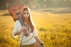 Donna di hippy che cammina nel campo dorato Immagini Stock Libere da Diritti