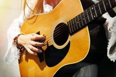 Donna di hippy che gioca concetto di musica Immagini Stock Libere da Diritti