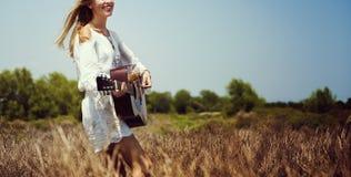 Donna di hippy che gioca concetto di musica Fotografia Stock