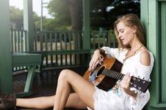 Donna di hippy che gioca concetto di musica Fotografia Stock Libera da Diritti