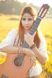 Donna di hippy nel campo dorato Fotografie Stock Libere da Diritti