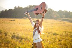 Donna di hippy nel campo dorato Fotografia Stock Libera da Diritti