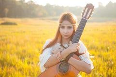 Donna di hippy nel campo dorato Immagini Stock Libere da Diritti