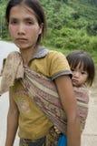 Donna di Hmong del ritratto con il bambino Immagini Stock