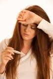 Donna di influenza di malattia di febbre Immagini Stock Libere da Diritti