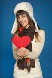 Donna di inverno in abbigliamento caldo che dà forma del cuore fotografia stock libera da diritti