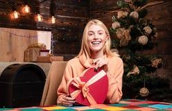 Donna di inverno che porta il cappello rosso del Babbo Natale Natale di sorriso della donna euphoria Gente felice Giovane donna s fotografia stock