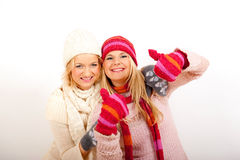 Donna di inverno dei due giovani in guanti e sciarpe Immagini Stock