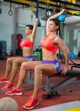 Donna di Kettlebell di sollevamento pesi di forma fisica di Crossfit allo specchio Immagini Stock Libere da Diritti