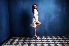 Donna di levitazione Immagini Stock Libere da Diritti
