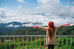 Donna di libertà sulla cima della montagna Fotografie Stock Libere da Diritti