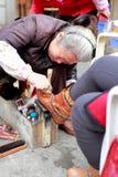 Donna di lucidatura delle scarpe Fotografie Stock Libere da Diritti
