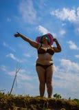 Donna di lusso con una forma curvy Fondo fotografia stock