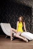 Donna di lusso in un breve vestito giallo Immagine Stock