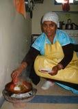 Donna di Maroccan che cucina Tajine tradizionale nel paese Immagine Stock