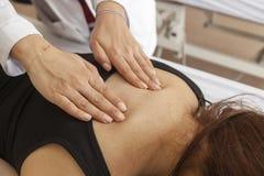Donna di massaggio Fotografia Stock
