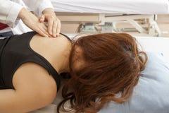 Donna di massaggio Immagini Stock