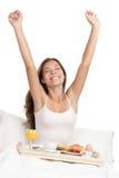 Donna di mattina in base con la prima colazione Immagine Stock