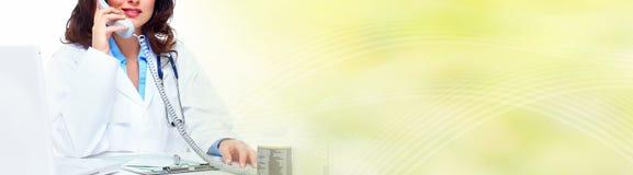 Donna di medico che chiama dal telefono Fotografia Stock