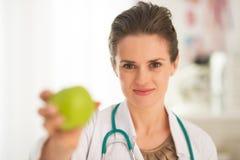 Donna di medico che dà mela Fotografia Stock Libera da Diritti