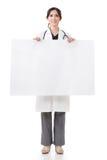 Donna di medico che tiene bordo in bianco Fotografie Stock Libere da Diritti