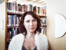 Donna di medio evo in biblioteca Immagini Stock