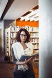 Donna di medio evo in biblioteca Fotografie Stock