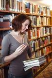 Donna di medio evo in biblioteca Fotografie Stock Libere da Diritti