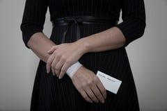 Donna di medio evo che mostra il suo polso bendato Immagini Stock