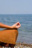 donna di meditazione della spiaggia Immagini Stock