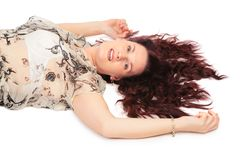 Donna di menzogne con la vista laterale dei capelli marroni Fotografia Stock Libera da Diritti