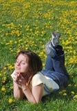 donna di menzogne dei fiori del campo fotografia stock libera da diritti