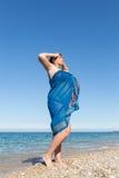 Donna di mezza età di peso eccessivo avvolta in pareo al mare fotografia stock