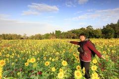Donna di mezza età e bello girasole al mare xiangshan del fiore, adobe rgb immagini stock libere da diritti