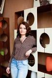 Donna di mezza età in jeans ed in una blusa immagini stock libere da diritti