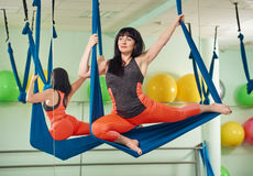 Donna di mezza età nell'esercizio di yoga della mosca Immagini Stock Libere da Diritti